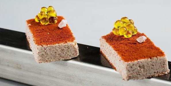 Polvorón de tomate con caviaroli de arbequina