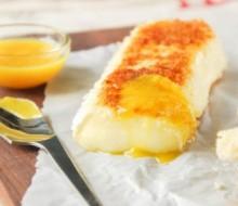 Brie rebozado con salsa de naranja
