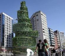 El gran árbol de la sidra se levanta estos días en Gijón