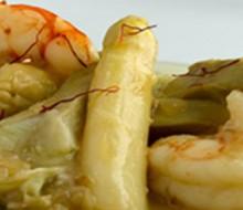 Salteado de langostinos, alcachofas y espárragos