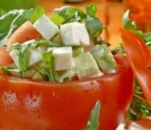 Tomates fríos rellenos de aguacate, queso, rúcula y albahaca
