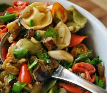 Tortellinis con verduras y almendras