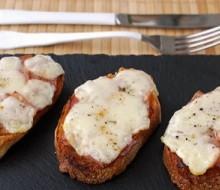 Tostas de jamón asado marinado con provolone