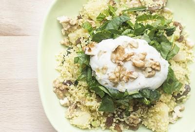 Curry de couscous, espinacas y frutos secos
