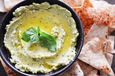 Hummus al pesto con pan de pita especiado crujiente