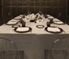 Un restaurante con una sola mesa
