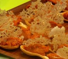 Morcilla patatera con miel y crujiente de queso parmesano