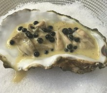 Tartar de ostra, caviar de ternera y jugo de frutos secos